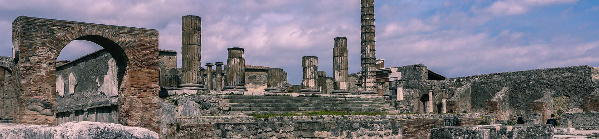 Can you tour Pompeii on your own?
