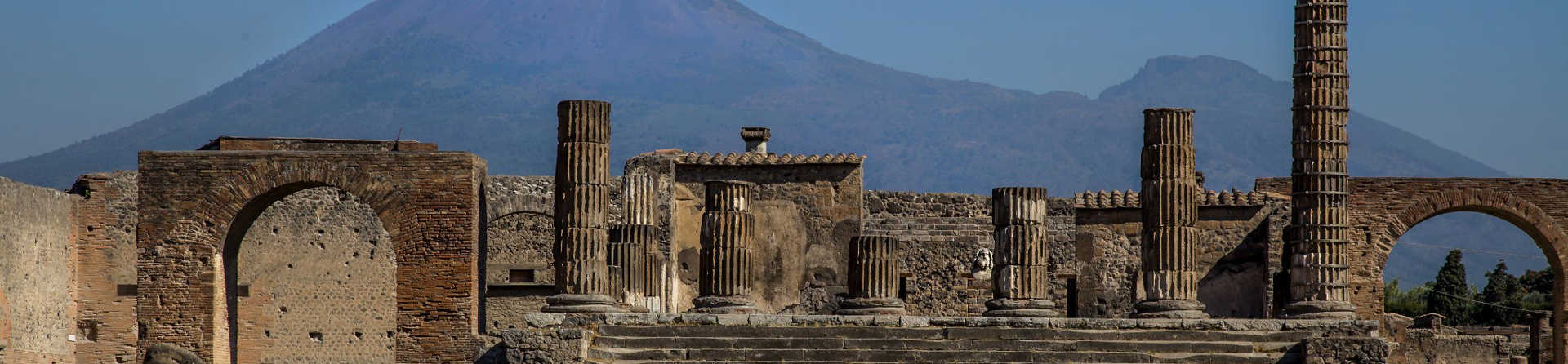 Can you walk from Pompeii to Vesuvius?